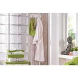 Bijeli kućni ogrtač i zeleni i bijeli ručnici