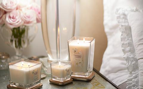Yankee Candle Sheen Linen auf Nachttisch
