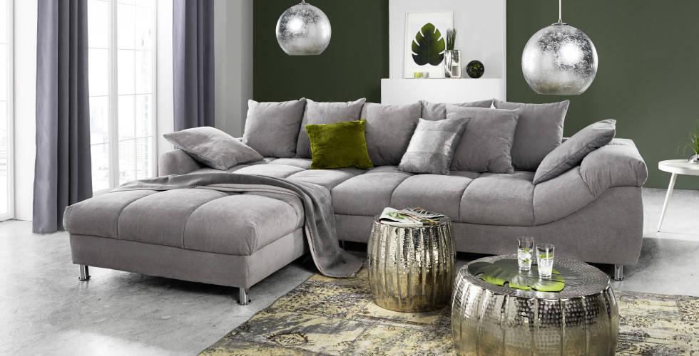 Siva udobna garnitura, srebrni stolići i lampe