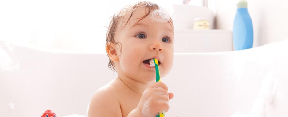 Baby beim baden