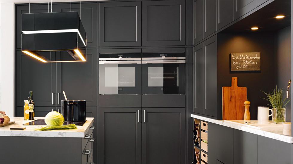 Schwarze Küche im Landhausstil