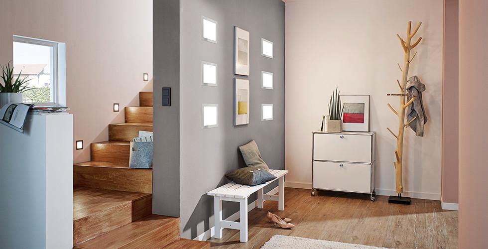 Vorzimmer mit Wandspots ausgeleuchtet