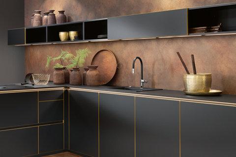 Kuchyň v barvě uhlu a mědi