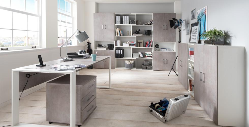 Arbeitszimmer in weiß und anderen Farben mit Schreibtisch, Regal und vielem mehr bei XXXLutz.