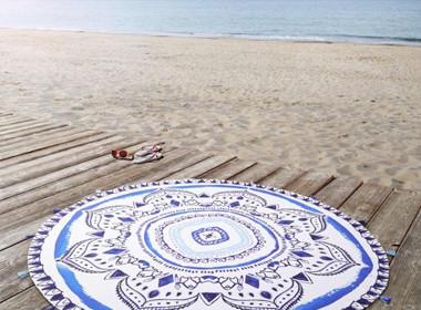 Okrogla brisača za na plažo v modri barvi