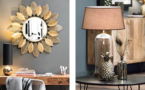 Dekorspiegel mit goldenen Blättern, Dekoananas und Vase mit Pfauenfedern
