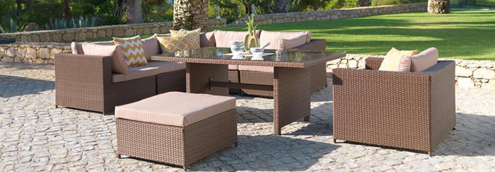 Udobno vrtno pohištvo z visoko mizo na urejenem vrtu