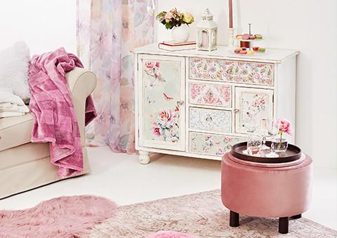 Möbel und Accessoires mit floralen Mustern