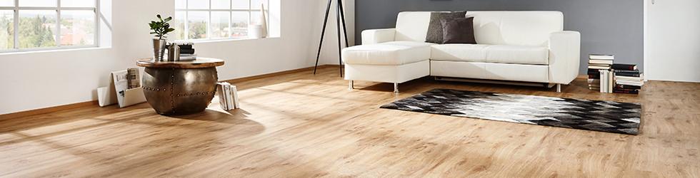 Vinylboden Holzoptik im Wohnzimmer Couch weiß