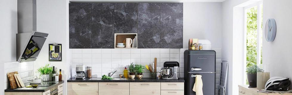 Kuhinja z dodatki sive barve, imitacije betona