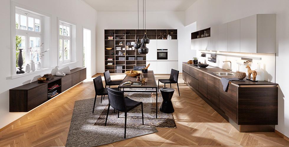 Kueche mit Holzfronten im Wohnbereich