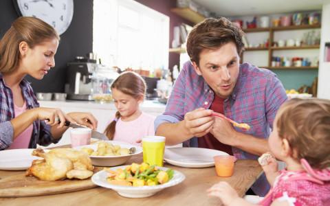 Familie mit Kindern beim Essen
