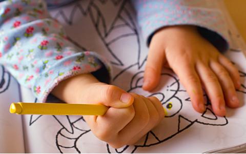 Kind malt in Malbuch