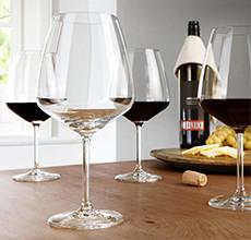 Elegantní sklenice na bílé víno a červené víno v XXXLutz.