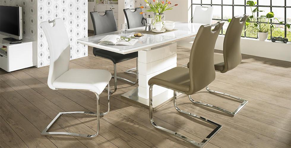 Bijeli blagovaonski stol sa bijelim, bež i crnim stolicama