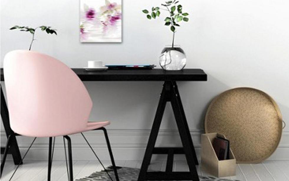 Delovni kotiček s stolom v rožnati barvi