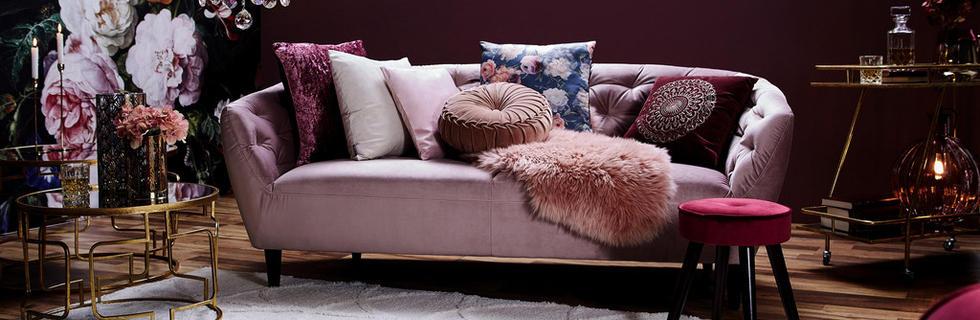 Sedežna garnitura v nežni pastelni roza barvi, z bogatimi dodatki