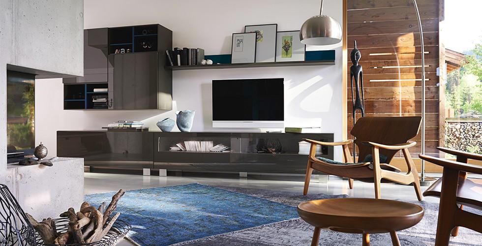 Obývací stěny z různých materiálů, například sklo s vitrínovými prvky najdete v XXXLutz.
