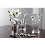 Staklene prozirne vaze s kamenčićima i bijelim cvijećem