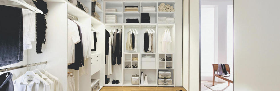 Prostorna vgradna garderobna omara