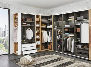 Prostorna omara za oblačila