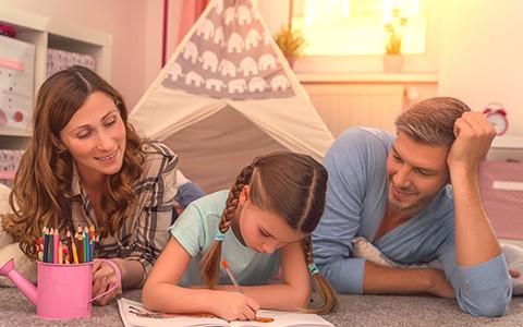 Eltern und Kind beim malen
