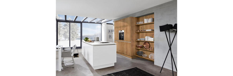 Moderna vgradna kuhinja v kombinaciji bele in natur barve