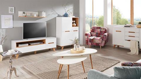 TV-Element in weiß mit Holzummantelung und indirekter Beleuchtung