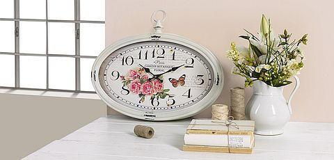 Bijeli zidni sat antiknog izgleda
