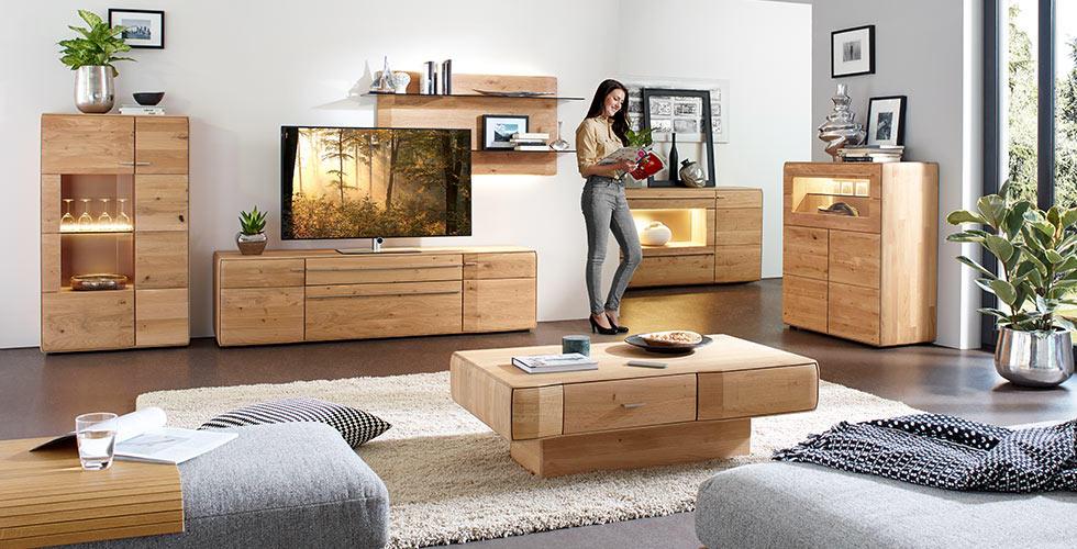 Wohnwand aus hellem Holz