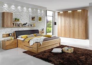 Nábytek do ložnice z olšového dřeva.