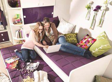 Moderna sedežna garnitura v vijolični barvi