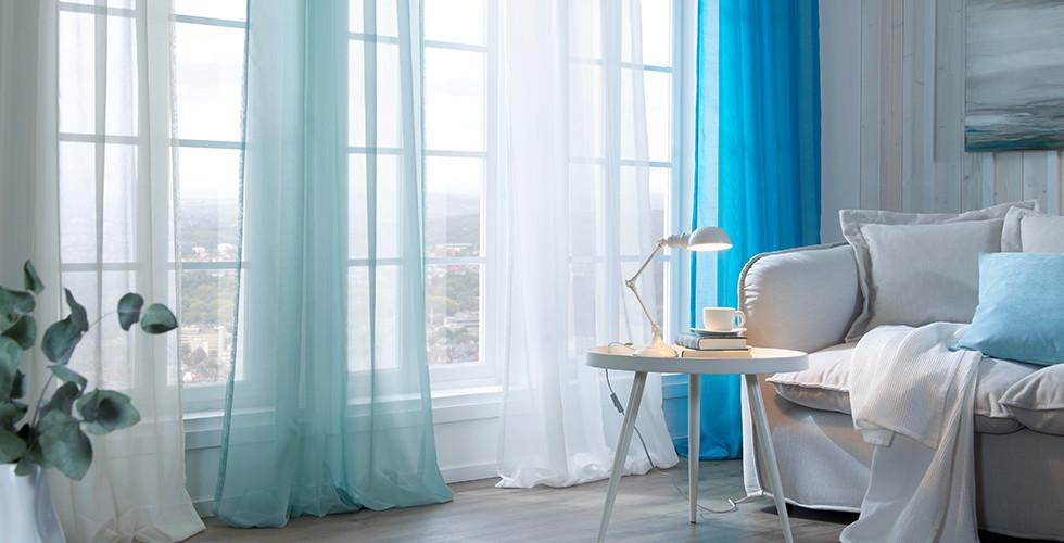 průhledné závěsy v různých odstínech modré