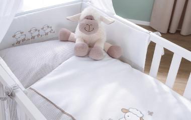 Baby Kinderbett mit Schaefchen