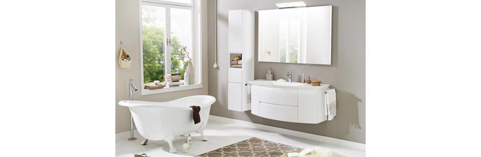 Moderna luksuzna kopalnica v beli barvi