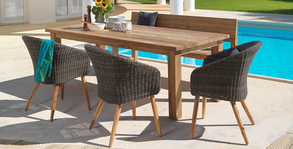 Gartenstühle aus Rattan mit Holzbeinen.