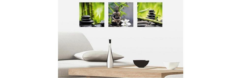 Dnevna soba okrašena z zen steklenimi slikami