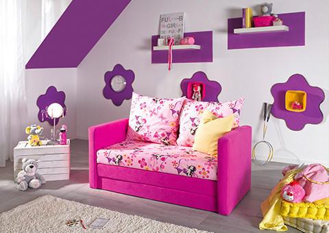 Märchenhaftes Sofa und verspielte Dekoration