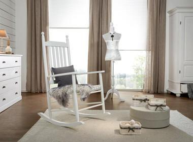 Gugalni stol v beli barvi