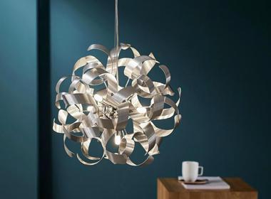 Moderna stropna svetilka v srebrni barvi