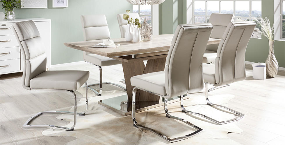 Drveni blagovaonski stol sa ledeno sivim stolicama
