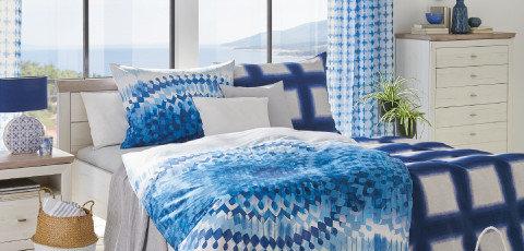 Schlafzimmer Bett blaue Bettwäsche Blue Summer