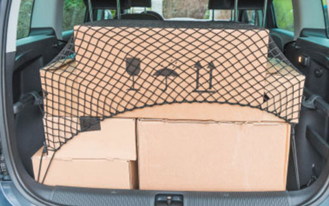 Kofferraum mit Kartons