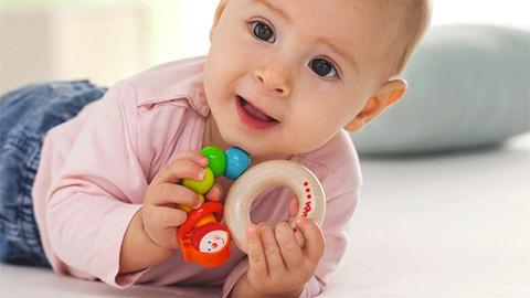 Baby hält Greifling bunt