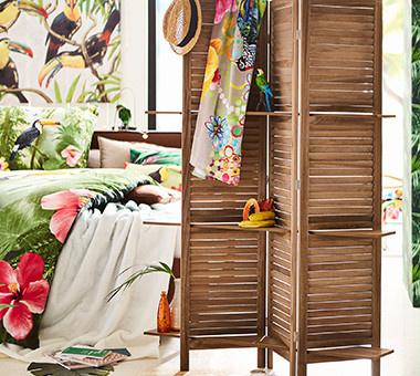 Raumteiler aus Holz mit tropischen Accessoires