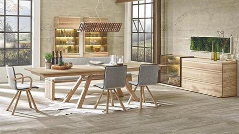 Dřevěný stůl šedé křeslo jídelna