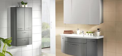 Praktische Spiegelschränke mit viel Stauraum und klappbarer Spiegelelemente finden Sie bei XXXLutz.