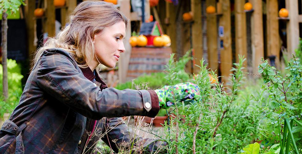 Gartenarbeit am Hochbeet