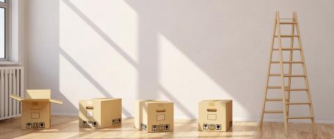 Umzugskartons und Leiter aus Holz