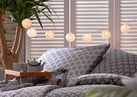 Gemütliches Bett im asiatischen Stil